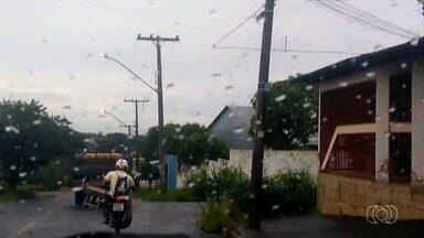 Motociclista é flagrado transportando carrinho de mão em Goiânia - Flagrante foi feito por morador da capital e enviado à TV Anhanguera.