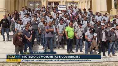 Motoristas e cobradores são contra a proposta de bilhetagem eletrônica nos ônibus - Eles fizeram um protesto na Câmara de Vereadores de Curitiba.