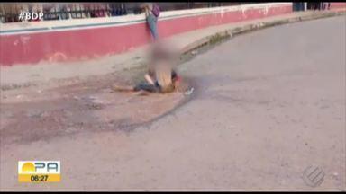 Vídeo registra briga de alunas em frente escola de Altamira - Vários estudantes acompanham a briga.