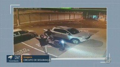 Comerciante é assaltado na saída do shopping de Hortolândia - Câmeras de segurança registraram o momento em que ele foi abordado pelos criminosos.