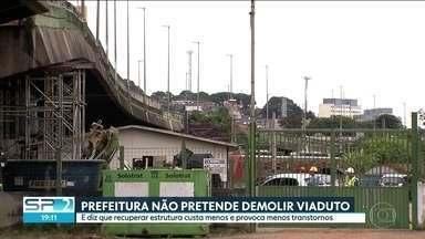 Prefeitura não pretende demoliar o viaduto que cedeu na Marginal Pinheiros - Segundo a administração municipal recuperar a estrutura vai custar menos e provocar menos transtornos no trânsito.