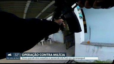 A Polícia prendeu dois suspeitos de participar de uma milícia, em Jacarepaguá - Os agentes ainda apreenderam três fuzis, granadas, carregadores e munições.