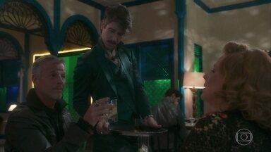 Adamastor coloca uma poção de Milu na bebida de Sampaio - Ondina tenta se aproximar de Sampaio