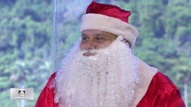 Morador do Alemão faz trabalho voluntário como Papai Noel em projetos sociais - Ricardo Gomes trabalha há dez anos como Papai Noel em ONGs na comunidade. Nos Correios, 90% das cartas da campanha de Natal já foram adotadas.
