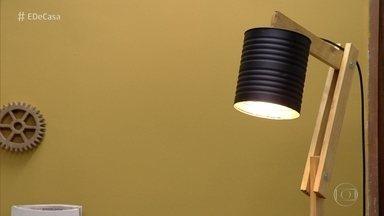 Designer ensina a fazer luminária de chão usando madeira e lata - Aprenda a fazer essa peça decorativa com madeira e lata de conserva