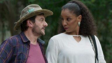 Tobias e Clotilde conversam com Ypiranga sobre as obras do casarão - Clotilde fica sabendo que o empreiteiro é ex-prefeito cassado