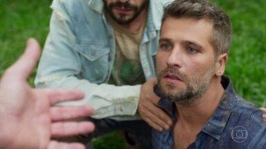 Egídio convida Gabriel a entrar em sua casa - Após recuperar-se do desmaio, o rapaz aceita a oferta
