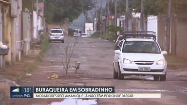 Buraqueira no Setor de Mansões de Sobradinho - Moradores dizem que situação piorou depois de obras de rede de esgoto. CAESB reconhece e pede compreensão.