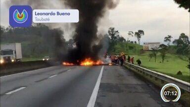 Manifestantes interditam a Dutra em Caçapava, SP - Os manifestantes invadiram a pista no km 120 no sentido São Paulo da rodovia por volta das 6h30. O grupo de pelo menos vinte pessoas interditou a pista e ateou fogo em pneus.