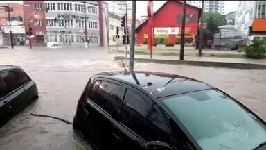 Sobe para três o número de mortos por causa da chuva em São Bernardo do Campo, SP - Médicos constataram a morte cerebral de uma menina de três anos. A avó dela também morreu afogada.