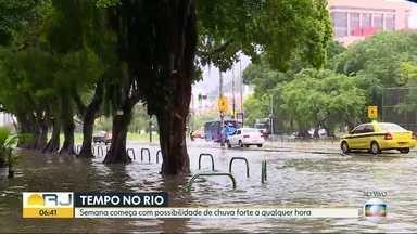 Chuva provoca alagamentos e bolsões de água em várias ruas do Rio - A chuva que atingiu a cidade na manhã desta segunda (26) deixou ruas alagadas e provocou problemas no trânsito.