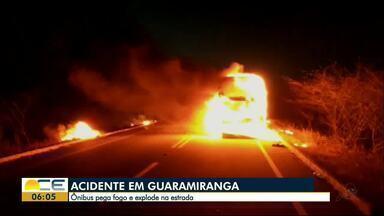 Ônibus pega fogo em Guaramiranga - Motorista conseguiu sair e retirar todos passageiros antes do fogo consumir o veículo. O trânsito ficou bloqueado nos dois sentidos na CE 253