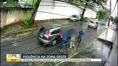 Câmeras flagram momento em que família é assaltada no Tanque, Zona Oeste - Bandidos roubaram o carro de uma família na manhã desta segunda-feira (27).