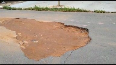 Morador reclama de buraco em rua no Conjunto Caiçara, em Goiânia - Antônio diz que teme acidentes por causa do buraco.