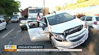 Carreta não consegue parar e quatro carros são engavetados na BR-101 - Testemunhas disseram que motorista não conseguiu frear.