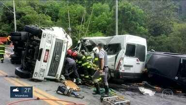 Caminhão tomba e 16 ficam feridos em acidente na Tamoios - Acidente foi no trecho de serra da rodovia, em Caraguatatuba. Quatro das vítimas estão internadas em estado grave