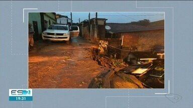 Chuva provoca danos em Ibatiba, no ES - Terra cedeu e afetou a rua.