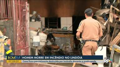 Homem morre em incêndio no Lindóia, em Curitiba - Casa ficou parcialmente destruída.