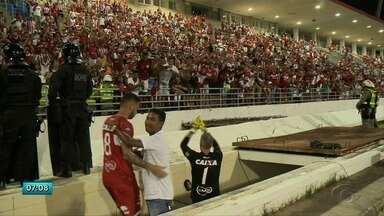 Técnico Roberto Fernandes e comissão técnica renovam contrato com o CRB - Situação dos jogadores ainda não está definida.