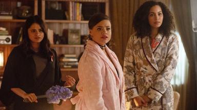 Espírito Kappa - Maggie tenta fazer as pazes com Lucy e percebe que há um novo membro do Kappa com quem não está familiarizada. Preocupada com Galvin, Macy se convida para sua festa de aniversário.