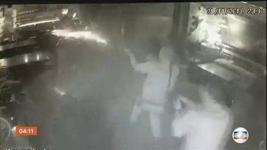 Imagens mostram o momento em que policiais militares matam um sushiman em São Paulo - A TV Globo obteve com exclusividade imagens das câmeras de segurança do momento em que policiais militares atiram e matam um sushiman em São Paulo.