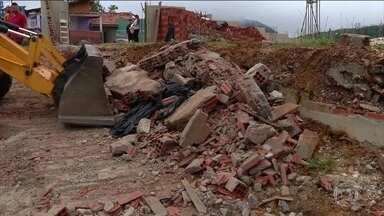 Dois adolescentes morrem soterrados durante temporal no PR - Os jovens tentaram se proteger atrás de um muro, que acabou desabando em cima deles.