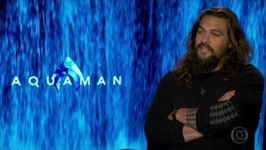Prestes a estrear 'Aquaman', Jason Momoa conta que sofreu bullying na infância - Em entrevista ao Fantástico, ele relembrou mudança com a mãe: 'Era um lugar onde todo mundo era igual. Não tinha negros, hispânicos. Então eu virei um alvo fácil quando cheguei'.
