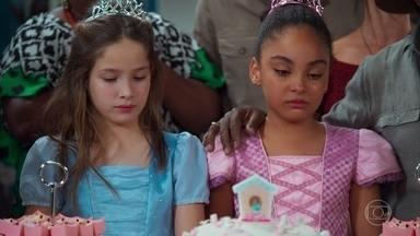 Flor sente falta da mãe em sua festa de aniversário - Gerson tenta consolar a neta