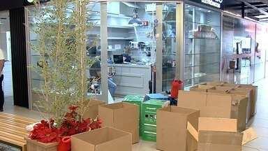Receita Federal e PRF fiscalizam mercadorias ilegais sendo vendidas na Rua 44, em Goiânia - Produtos foram apreendidos.