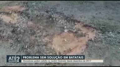 Buracos continuam sem conserto há um ano em ruas no Jardim Gabriela em Batatais, SP - Moradores reclamam do estado precário do asfalto e cobram solução da Prefeitura.