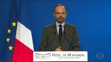 Governo francês suspende aumento do imposto sobre combustíveis após 3 semanas de protestos - O governo da França suspendeu o aumento do preço dos combustíveis que provocou uma onda de protestos. É a primeira grande crise do presidente Emmannuel Macron em um ano e meio no poder.