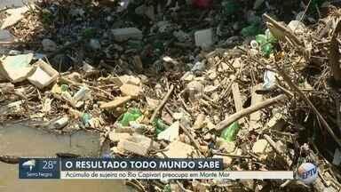 Acúmulo de sujeira no Rio Capivari preocupa moradores de Monte Mor - Telespectador reclamou do descaso com o rio. 'Montanha' de sujeira chega na altura da passarela de pedestres.