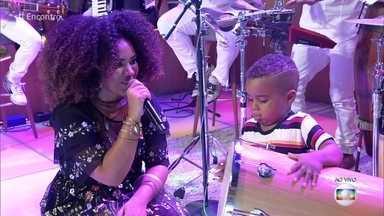 Sucesso nas redes, menino de 3 anos surpreende tocando tantã - Renan não se fez de rogado e dominou o palco do Encontro com Mariene de Castro
