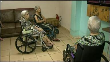Campanha busca conseguir visitas e presentes para idosos em abrigos de Anápolis - Os que forem participar da campanha devem escolher um dos pedidos e levar ao morador escolhido. Objetivo é acolher os 111 idosos dos abrigos.