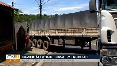 Caminhão que atingiu muro de residência é retirado do local - Acidente foi em Presidente Prudente.