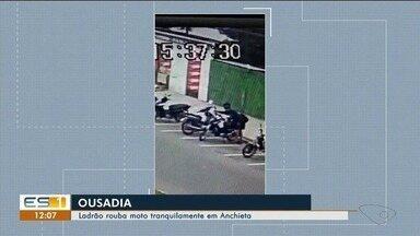 Criminoso rouba moto em Anchieta e câmeras registram tranquilidade da ação - O homem saiu tranquilamente com o veículo.