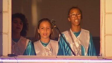 Alunos da rede municipal apresentam canções de Natal em Catanduva - A noite desta sexta-feira (7) foi de muita música e emoção em Catanduva (SP). Alunos da rede municipal de ensino apresentaram canções de Natal e encantaram o público.