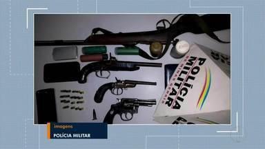 Três homens são presos e várias armas e munições apreendidas em Ipaba - Foram apreendidos um revólver, garruchas, espingarda, 15 munições intactas e vários frascos de pólvora e chumbo; polícia chegou aos autores durante um patrulhamento.