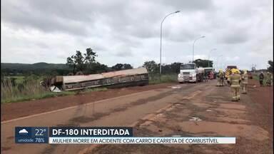 DF-180 é interditada depois de acidente - Uma carreta que transportava combustível bateu em um carro na madrugada de sábado. Uma mulher morreu e três pessoas foram socorridas e levadas para o hospital do Gama.