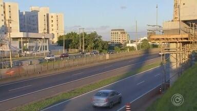 Novas interdições começam neste sábado na Raposo Tavares em Sorocaba - Uma nova série de interdições vai ser feita na Rodovia Raposo Tavares, em Sorocaba (SP), a partir da noite deste sábado (8). As interdições são para a instalação de um viaduto na altura da Rua João Wagner Wey.