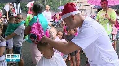 Crianças se divertem no Natal antecipado do Village, em Cachoeiro - Natal chegou mais cedo para as crianças do bairro.