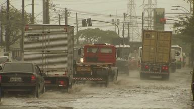 Chuva intensa provoca estragos na região - Houve deslizamento em Santos, SP.