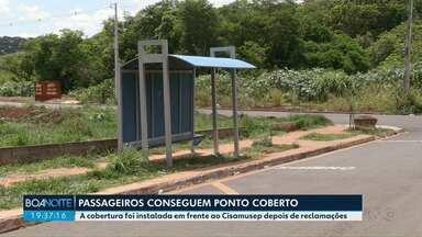 Ponto de ônibus coberto é instalado em frente ao Cisamusep em Maringá - Os moradores ficavam embaixo de sol e de chuva.