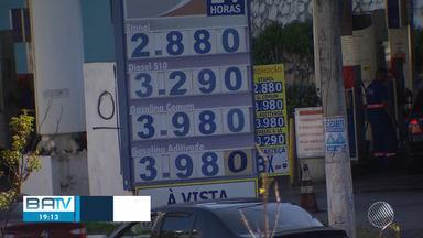 Alívio: motoristas comemoram queda no preço da gasolina, em Salvador - Muitos consumidores ainda pedem que o preço abaixe.