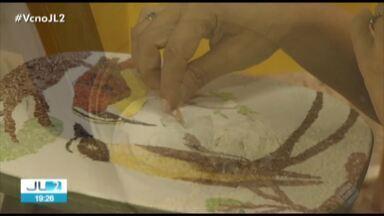 Coleção inspirada em aves amazônicas é exposta em Belém - Os quadros, estampas e joias fazem uma releitura das belezas da fauna regional.