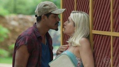Pedreiro Fabim reconhece Marilda e exige vê-la nua de novo - Rapaz ameaça revelar segredo de Marilda se ela não fizer o que ela quer