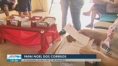 Cartas com pedidos de Natal podem ser adotadas nos Correios - Correios fez plantão neste sábado (8) para que a população possa adotar as cartas.