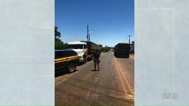 Polícia Rodoviária Federal apreende 350 mil maços de cigarro - A carreta carregada de cigarros foi apreendida em Guaíra.