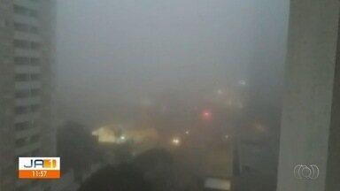 Alta umidade e baixa temperatura provocam neblina em Goiânia - Hoje, nas primeiras horas do dia, fazia 18 °C e a umidade estava em 95%.