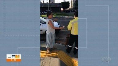 Telespectadores flagram carro da SMT em situação irregular em Goiânia - Órgão disse que carros dela, assim com os de polícia, têm livre circulação.